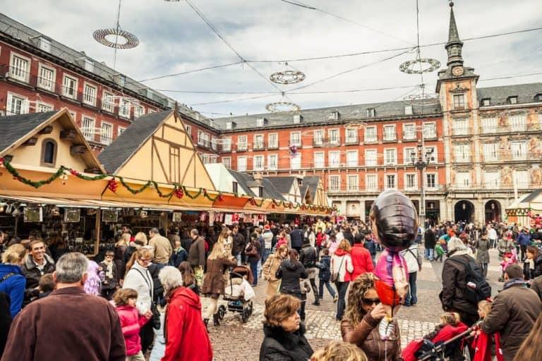 דוכני השוק בפלאזה מאיור, שוק חג המולד המפורסם ביותר במדריד